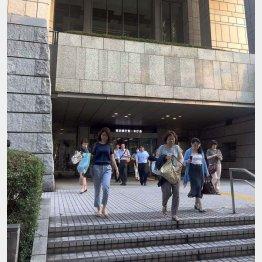 帰途に就く都庁職員(6月23日=都庁)(C)日刊ゲンダイ