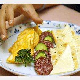 食べる前に原材料のチェックを(C)日刊ゲンダイ
