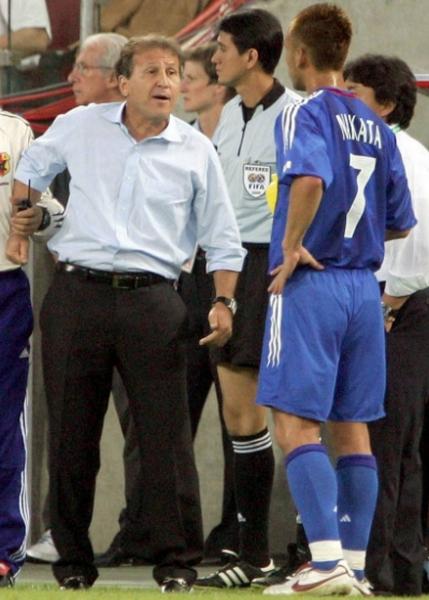 2005年コンフェデ杯ブラジル戦で指示を出すジーコ(C)Norio Rokukawa/Office La Strada