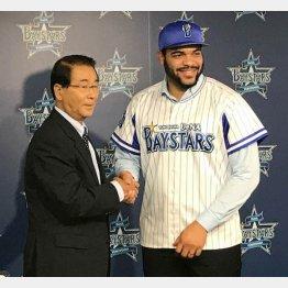 入団会見で高田GMと握手するエスコバー(右)/(C)日刊ゲンダイ