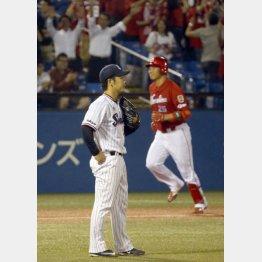 新井(右)からから逆転3ランを浴びガックリの小川/(C)日刊ゲンダイ
