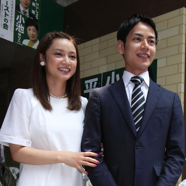 平慶翔氏(右)の事務所開きに駆け付けた姉の平愛梨(C)日刊ゲンダイ