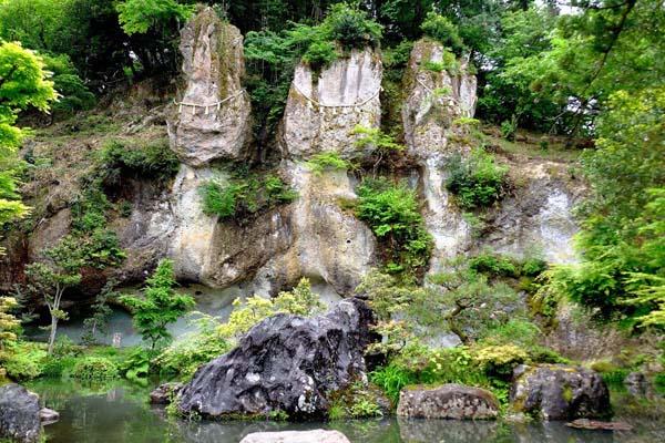 那谷寺の三尊石(提供写真)