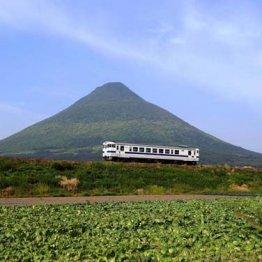 JR指宿枕崎線 キャベツ畑から撮った開聞岳のきれいな形