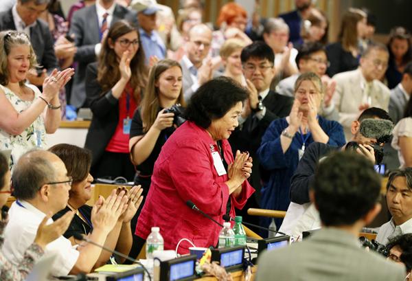 拍手にこたえるサーロー節子さん(中央=7日、国連本部)/(C)共同通信社