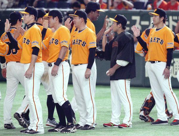 試合後のハイタッチに参加した陽(左端)、右端は高橋監督(C)日刊ゲンダイ