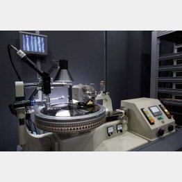レコードの溝を掘るカッティングマシン(提供写真)