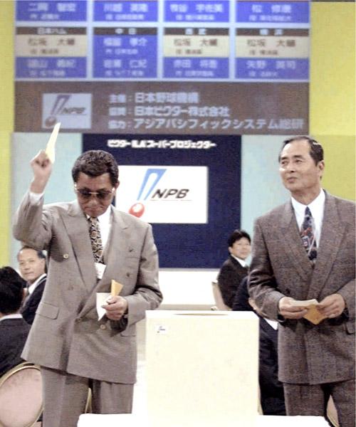 仰木監督が新垣の交渉権を獲得(右は王監督、左奥は三輪田編成部長)/(C)共同通信社