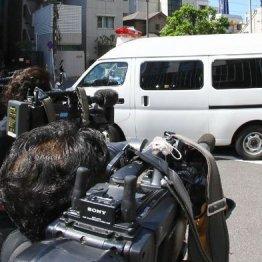 送検される波田野愛子容疑者を乗せた警察車両