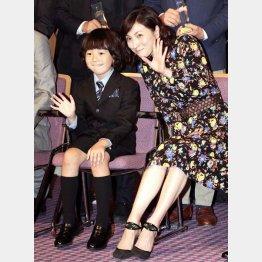 子役の金成祐里(左)と並んで座る広末涼子(C)日刊ゲンダイ