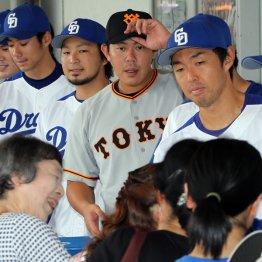 17日の試合前に九州北部豪雨のチャリティー募金に中日の選手と参加していた山口俊(中央)