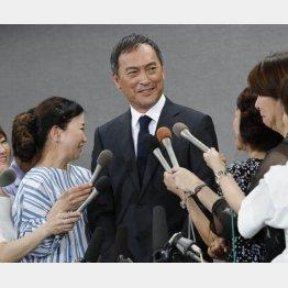 """女性リポーターに""""誘導尋問""""される場面も/(C)日刊ゲンダイ"""
