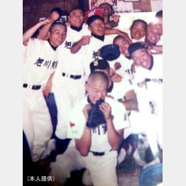 旭川実業時代は高校球児、真ん中にいる丸刈りがとにかく明るい安村さん(提供写真)