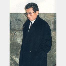 三輪田編成部長の自宅で遺体と対面した仰木監督(C)共同通信社
