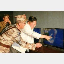 弾道ロケット試射を指導する金正恩委員長(C)共同通信社