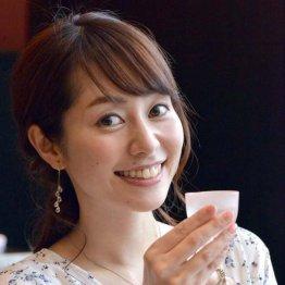 """日本酒好き谷桃子がニヤ二ヤ…こぼれる寸前の""""表面張力"""""""