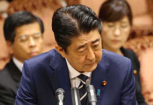 参院閉会中審査での安倍首相(C)日刊ゲンダイ