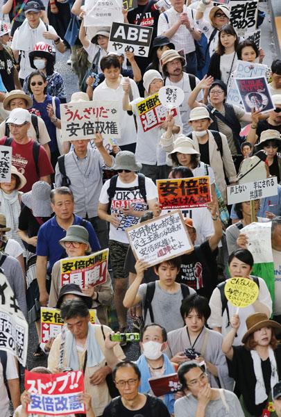 安倍政権の退陣を求めてデモ行進(C)日刊ゲンダイ