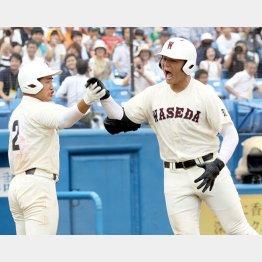 勝利を決定づけるソロ本塁打を放ち、雄叫びをあげる清宮(右)/(C)日刊ゲンダイ