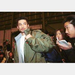 入札金が約14億円に決まった直後、報道陣に囲まれるイチロー(C)日刊ゲンダイ