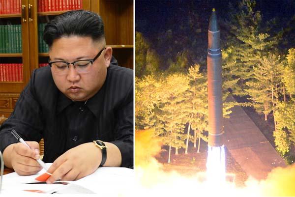 7月28日に発射した「火星14」と金正恩(C)朝鮮通信=共同