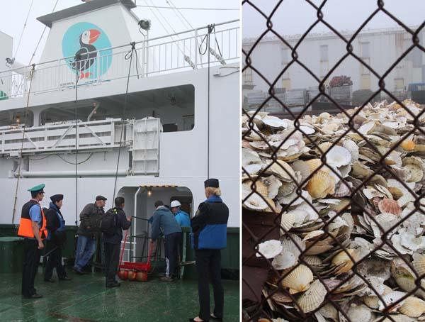 ロシア政府職員の指示で船を乗り換え(右は投棄された貝殻の山)/(提供写真)