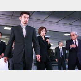 入団会見を終え、任天堂本社を後にするイチロー(右端は山内社長)/(C)日刊ゲンダイ