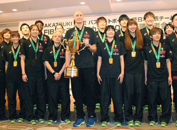 優勝カップを手にするホーパスHC(中央)/(C)日刊ゲンダイ