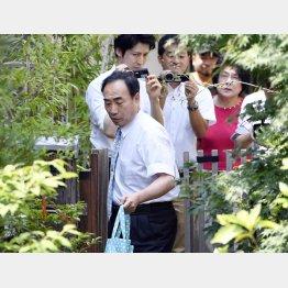 2度目の取り調べのため自宅を出る籠池氏(C)日刊ゲンダイ