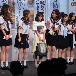 「花慶アカデミー」はコスプレ姿で授業風に(C)日刊ゲンダイ
