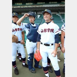 甲子園練習を行う吉松(右)と五十嵐(中)のバッテリー(C)日刊ゲンダイ