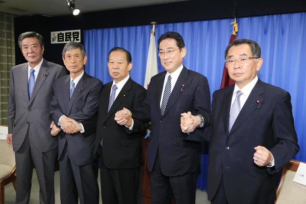 岸田政調会長(右から2人目)は思惑通り/(C)日刊ゲンダイ