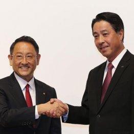 ガッチリと握手した豊田社長(左)と小飼社長