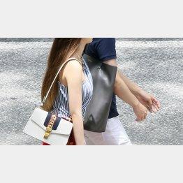女性は真面目な交際を求めている(写真はイメージ)/(C)日刊ゲンダイ