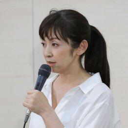 会見で釈明した斉藤由貴(C)日刊ゲンダイ