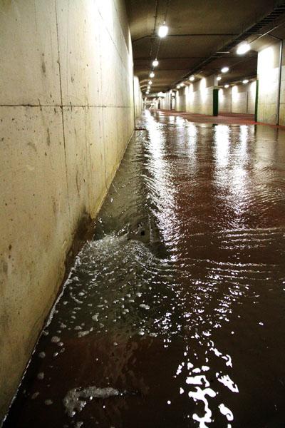 あふれ出したのは汚水かと思いきや…(写真は台風で流水が溜まりつつある地下道)/(C)日刊ゲンダイ