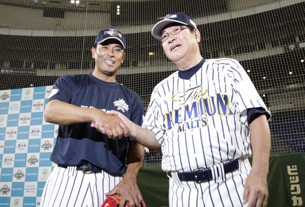 山本浩二氏(右)と握手を交わす稲葉篤紀監督(C)日刊ゲンダイ
