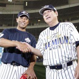 山本浩二氏(右)と握手を交わす稲葉篤紀監督