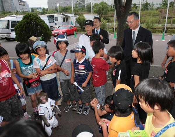 オリックス・宮内オーナーとファンの子供たち(C)日刊ゲンダイ