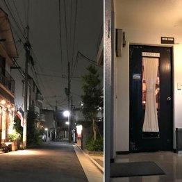 闇夜にタイ国旗がたなびく(右はベネンシアのドア)