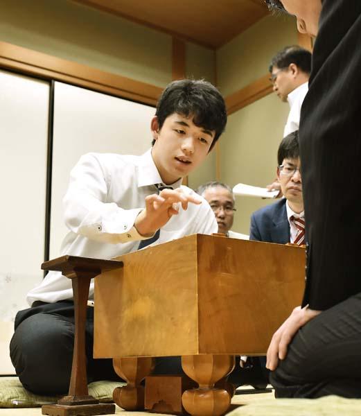 藤井聡太四段の活躍も教育熱過熱の一因か(C)共同通信社