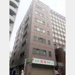 大熊容疑者と黒部さんが同居していたマンション(C)日刊ゲンダイ