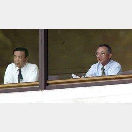 中村勝広GM(左)と観戦する宮内オーナー(C)日刊ゲンダイ