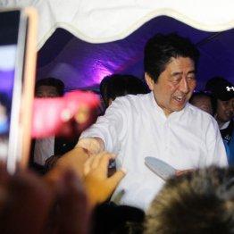 安倍首相はお気楽帰省で盆踊り 異様な戦争ごっこの裏側