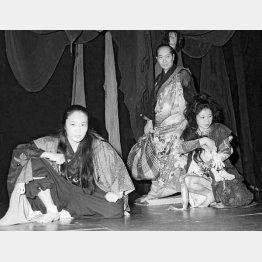 舞台「トロイアの女」練習風景(74年、左は白石、中央は主催者の鈴木)/(提供写真)