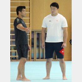 100キロ超級でリオ五輪銅メダルの原沢と話をする井上監督(左)/(C)日刊ゲンダイ
