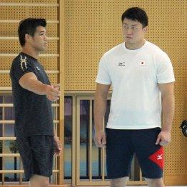 100キロ超級でリオ五輪銅メダルの原沢と話をする井上監督(左)