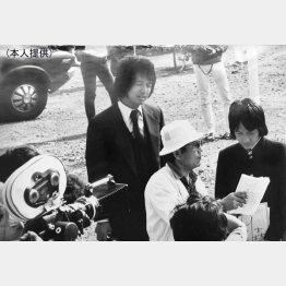 「われら青春!」の撮影で中村雅俊さんと(央)/(提供写真)