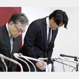 頭を下げる山口俊(左は石井球団社長)/(C)日刊ゲンダイ