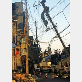竜巻による被害の復旧作業の様子(C)共同通信社